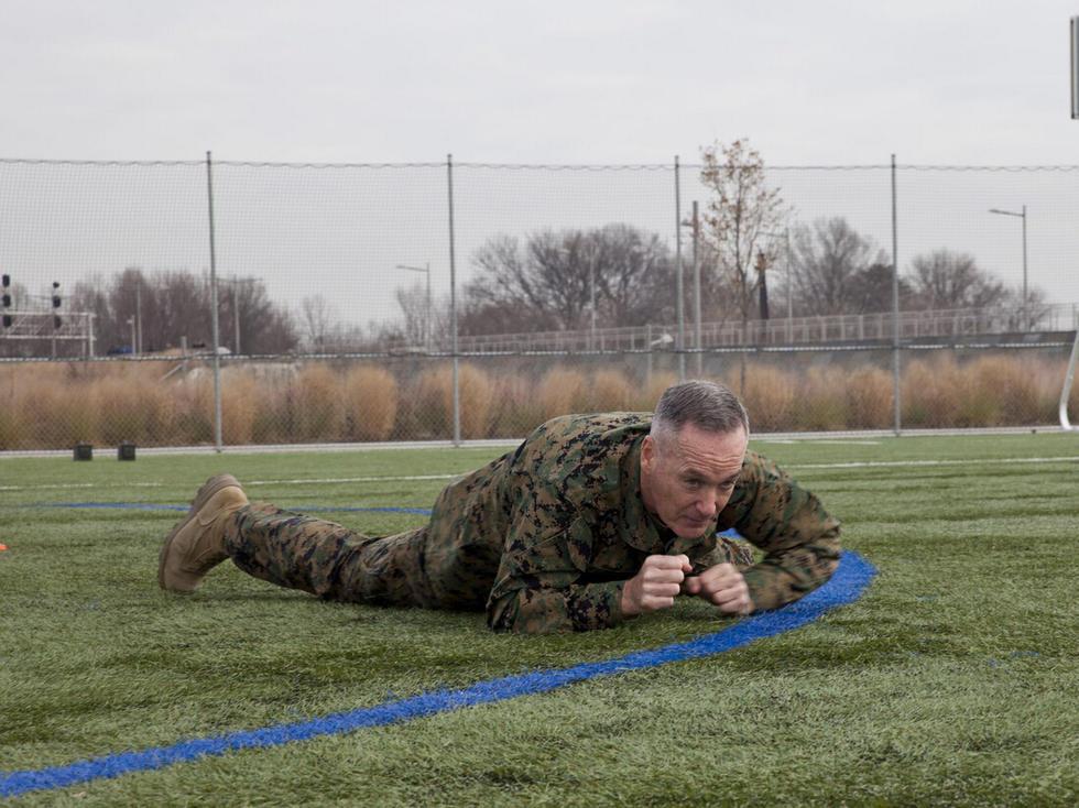 美国海军陆战队dunford将军,在教官监督下进行士兵战术体能训