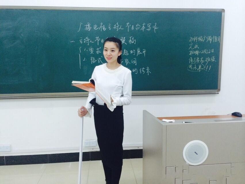 最美_美女教师拄拐上课走红 被赞\