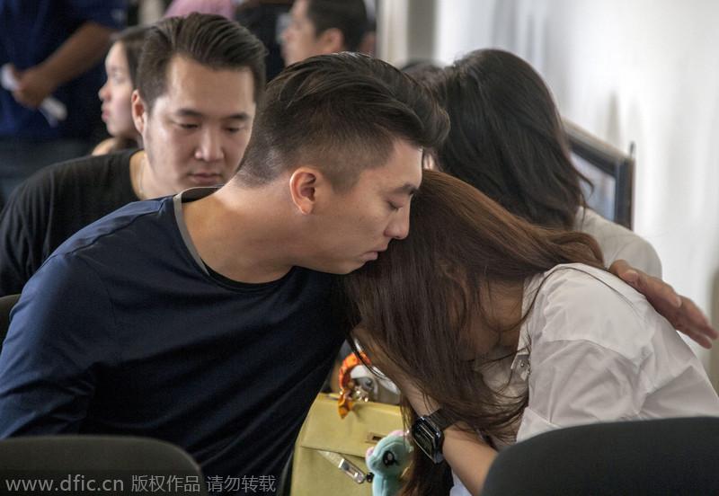 亚航客机失联:乘客家属机场焦急等待 悲痛欲绝