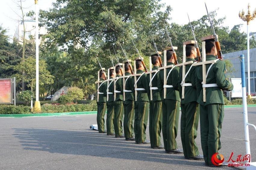 官媒发国旗护卫队绑木架顶板砖训练照