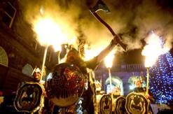 苏格兰举行火炬之光游行庆祝除夕