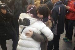 2名女孩在踩踏事故现场献花后拥抱哭泣