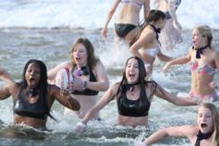 美新年慈善募捐 美女挑战比基尼冬泳