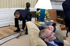 白宫摄影师镜头中奥巴马:俯身打苍蝇