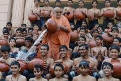 印度学生参加圣浴 凉水瓢泼而下
