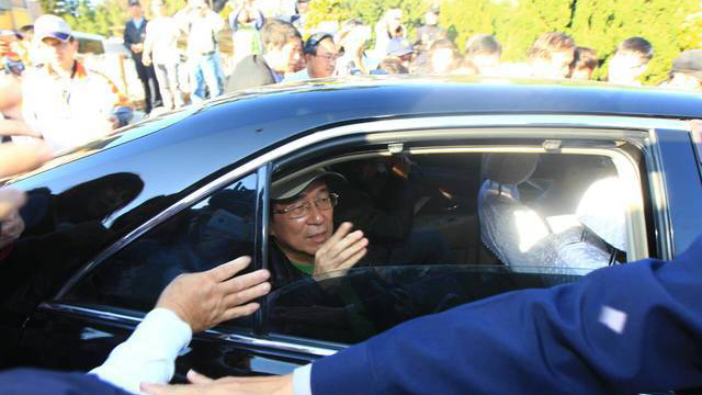 """陈水扁获准保外就医 """"出狱""""时向人挥手致意"""