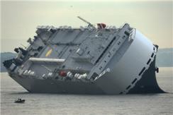 英国大型货轮撞上堤坝侧翻