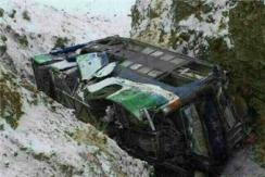 青海一载30余人客车发生侧翻坠沟
