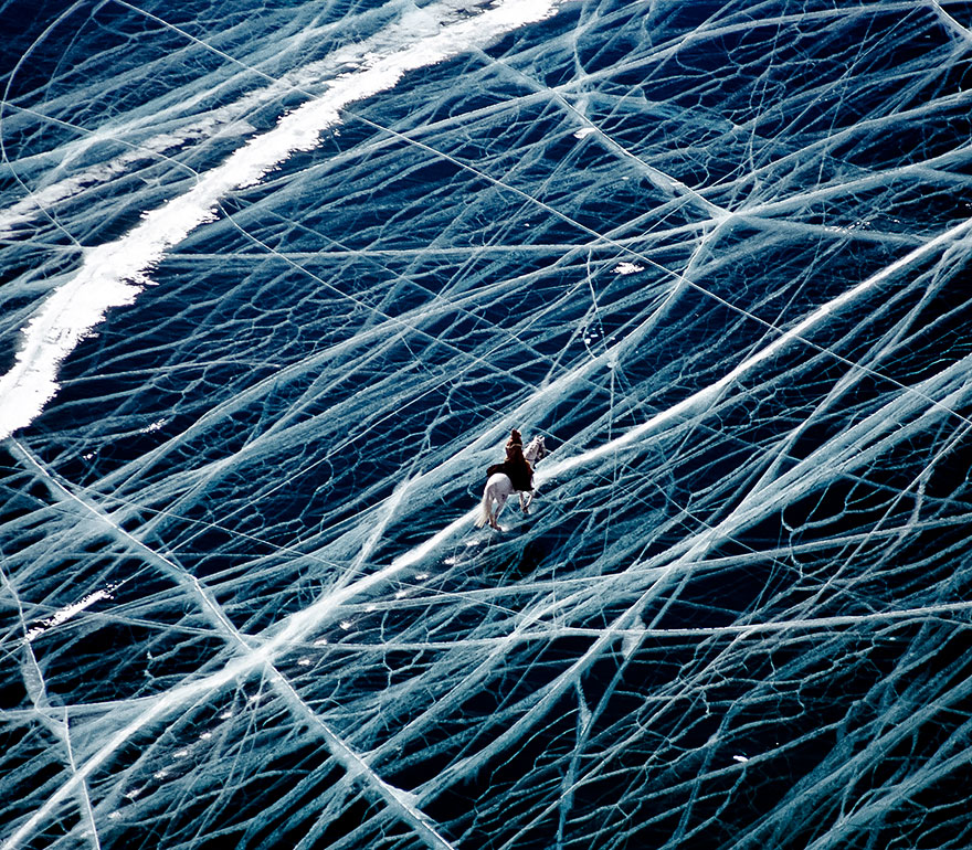 俄罗斯西伯利亚的冰上骑行者