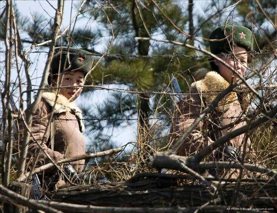 朝鲜士兵向河对岸猛扔石头 - 雨中林木 - w15803568967的博客