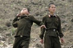 中朝边境实拍:士兵向对岸猛扔石头