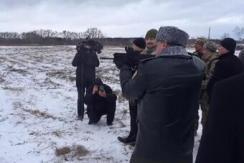 乌总统波罗申科持冲锋枪射击视频被公布