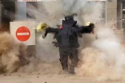 埃及警察拆弹时不幸身亡 爆炸瞬间曝光