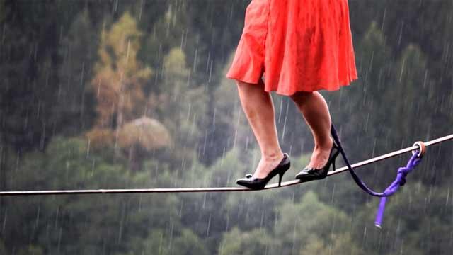 用生命在行走!美国妹子穿高跟鞋走钢丝