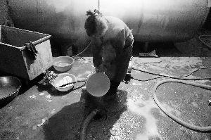 奶农含泪每天倒奶千斤:家里都不喝水 就喝奶了
