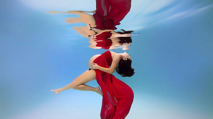 """孕妇水下""""美人鱼""""写真"""