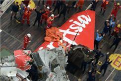 亚航失事客机机尾被打捞出水