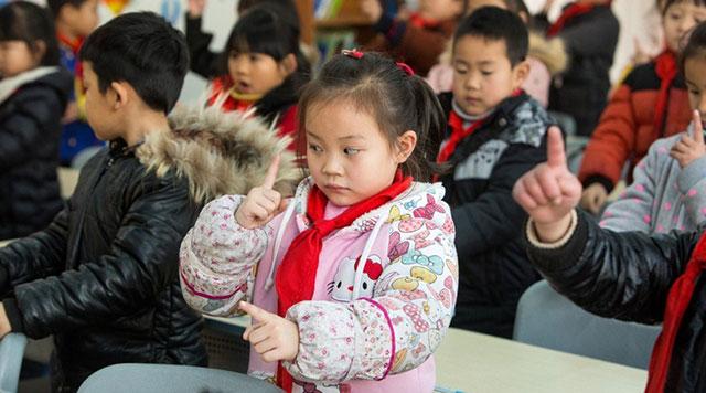 """杭州一小学学生改做""""转眼""""版眼保健操"""