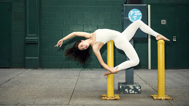 软妹子在巴黎纽约街头秀性感瑜伽(组图)
