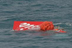 亚航失事客机机尾残骸打捞出水