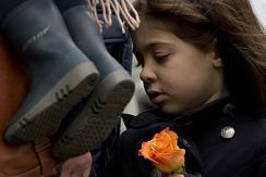 法国民众集会悼念连日恶性袭击遇难者