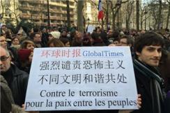 环球时报标语牌现身巴黎反恐游行