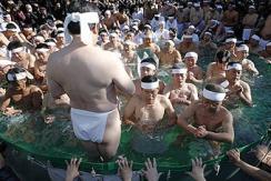 日本男女半裸泡冰水 净化身体和灵魂