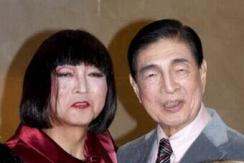 日前首相鸠山男扮女装:虚构美国女总统