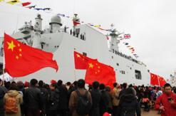 英国军港飘满五星红旗 留学生看后流泪