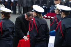 法公祭殉职警员 奥朗德出席称不会屈服