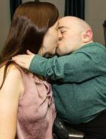 美女子回应质疑:与90公分高丈夫生活很幸福