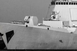052D舰完工离港 舰员列队向船厂致意