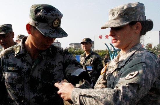 """美军女兵为解放军包扎""""伤口"""""""