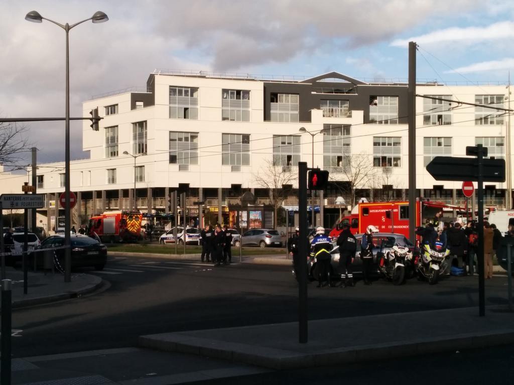 巴黎郊区邮局发生劫持事件:一持枪男子挟持两人质