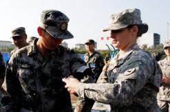 """美国女兵为解放军悉心包扎""""伤口"""""""