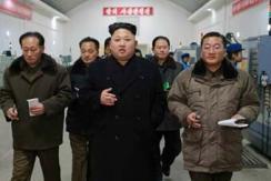 金正恩视察朝鲜精密机器工厂 烟不离手