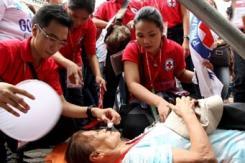 罗马教皇访菲律宾 民众激动昏倒