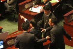 香港特首梁振英问答遭议员扔豆沙包