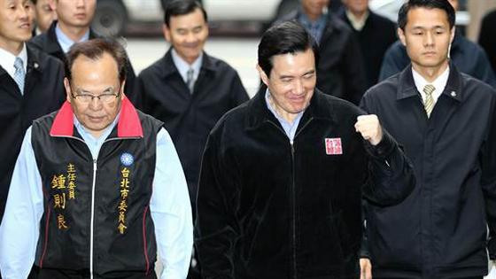 国民党主席补选 马英九振臂为朱立伦加油