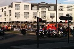 巴黎郊区邮局一持枪男子挟持两人质