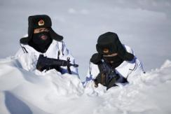 -28℃ 驻黑河解放军在中俄界江上巡逻