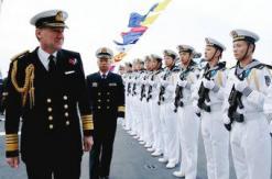 英国上将登中国万吨巨舰参观