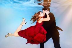 摄影师打造水下婚照 浪漫唯美震撼眼球