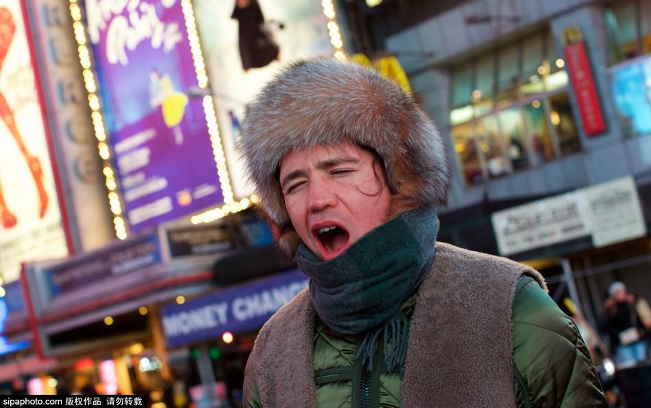 纽约市民调戏荧屏瞌睡男乐趣无穷_图片_环球