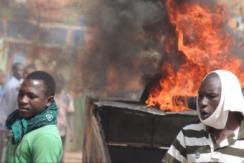 尼日尔抗议者焚烧《查理周刊》