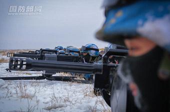 陆战队女兵架起一排速射榴弹炮