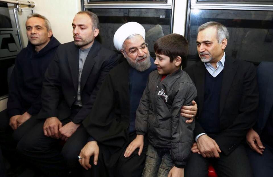 """伊朗总统亲自乘首都地铁 为""""洁净空气日""""造势"""