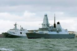 英军45型驱逐舰为中国万吨坞登舰护航