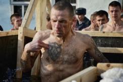 俄罗斯被流放犯人跳入冰水庆祝主显节