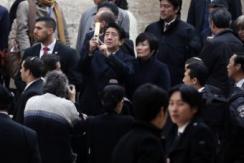 安倍参观犹太人大屠杀纪念馆用手机自拍